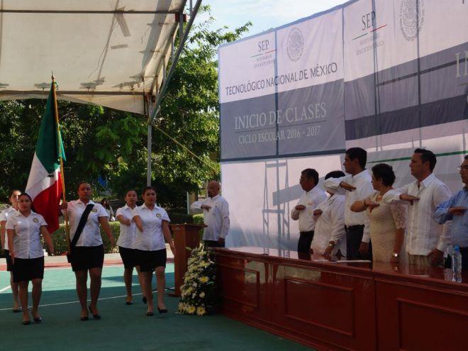 Integrantes del Presidium en los Honores a la Bandera por la Escolta del Tecnológico de Campeche.
