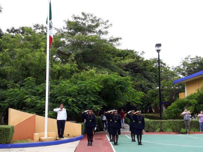 Escolta del IT Campeche en el izamiento